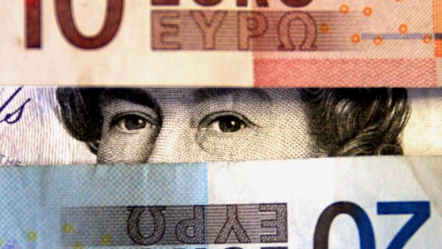 Паундът и еврото слабо се покачват спрямо долара