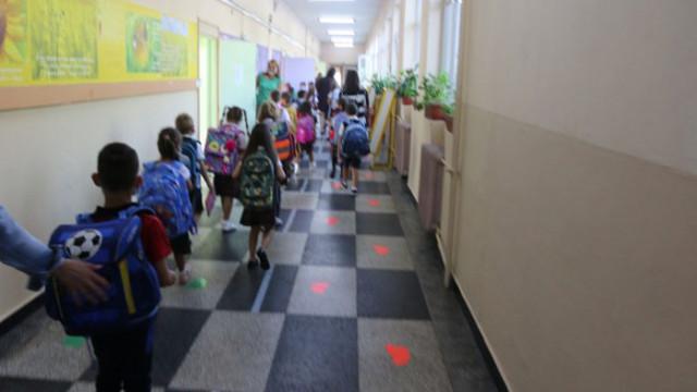 Част от учениците се връщат в клас от понеделник, на 16 април отварят и моловете