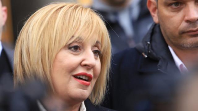 Мая Манолова е полетяла с метлата като баба Яга, окуражена от изборния резултат