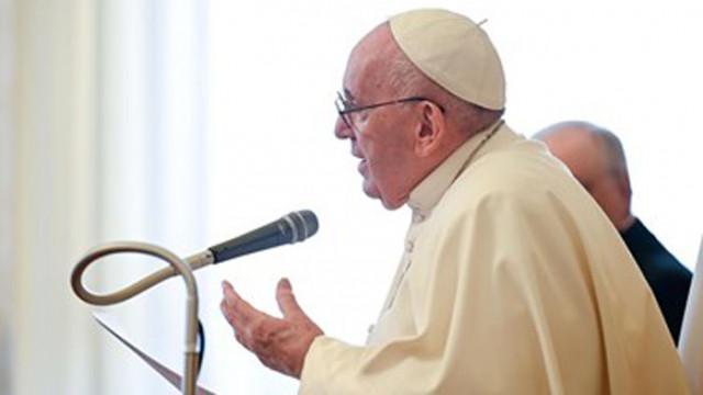 Ваксинираният папа Франциск се ръкува с хората след меса