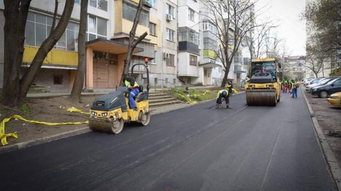 Продължава облагородяването на междублокови пространства във Варна- полага се асфалтово