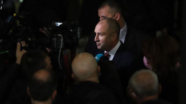 """Журналисти издебнаха Радев в НДК, той: има страх от повдигане на """"розовата завеса"""""""