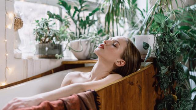 Топла вана с овесени ядки: за какво помага процедурата според дерматолозите