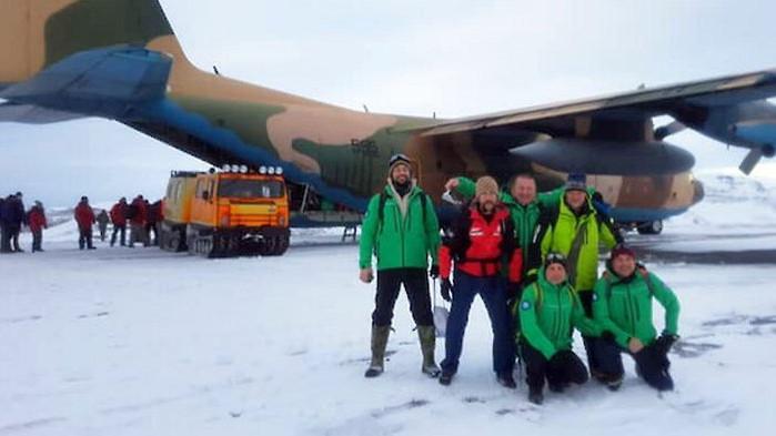 Шестимата полярници – командирът на базата Йордан Тодоров, инженерите Петър