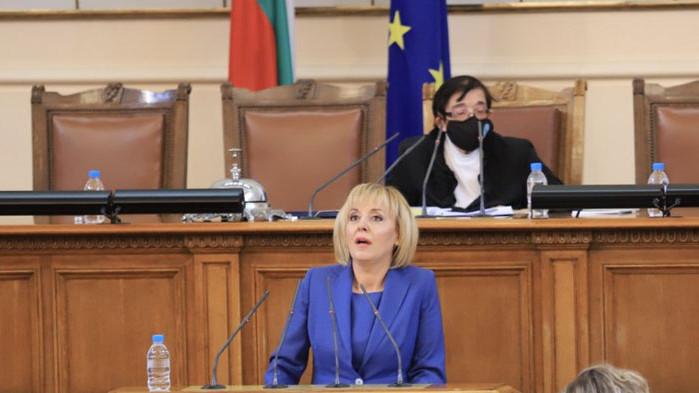 Манолова: Не си въобразявайте, че ще задушите правителството на протеста в токсична прегръдка