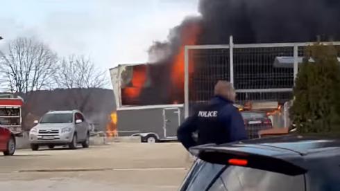 """Пожар е възникнал вчера в автосервиз, намиращ се в кв. """"Изгрев"""" във Варна"""