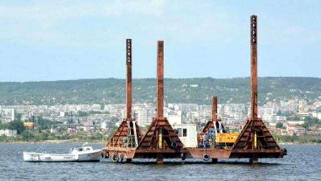 Подготвят за изваждане дефектирала част от подводния тръбопровод в езерото