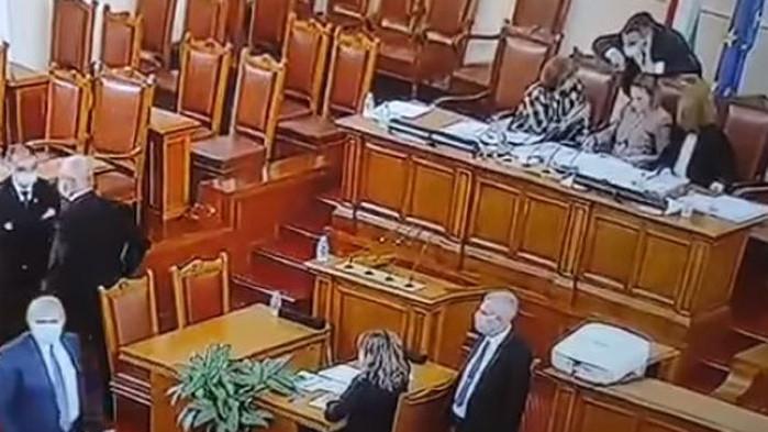 На включен микрофон Татяна Дончева раздаде наставления на новата председателка