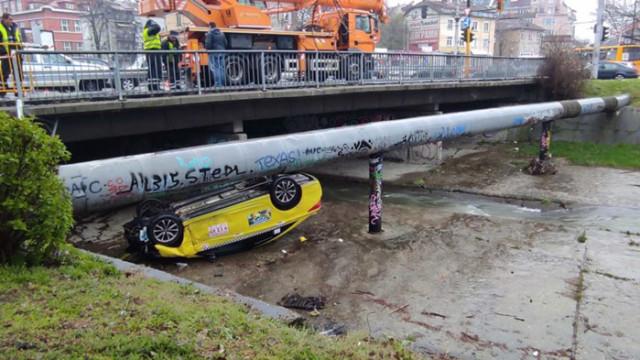 "Такси излетя и се преобърна по таван на бул. ""Сливница"""
