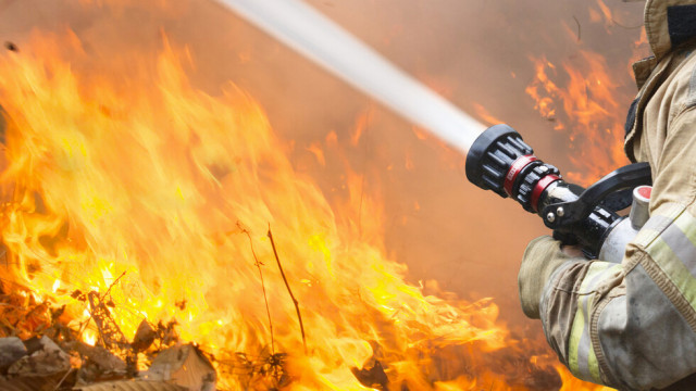 """Пожар изпепели апартамент в кв. """"Победа"""" във Варна, огнеборците са евакуирали 14 души"""