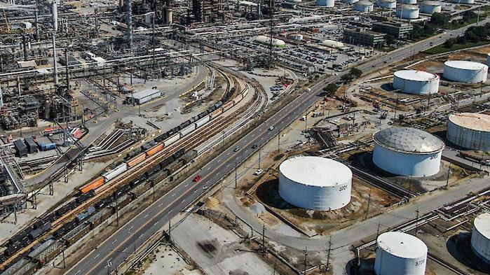Натрупаният в пандемията излишък от петрол е почти изчерпан
