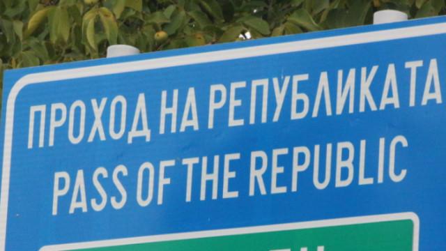 Катастрофа между бус и тир затвори Прохода на Републиката