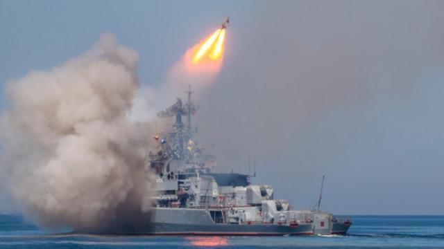 Повече от 20 руски бойни кораба проведоха военни учения в Черно море