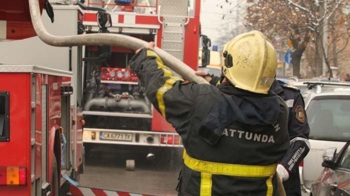 """Гасят пожар в оръжейния завод """"Аркус"""" в Лясковец"""