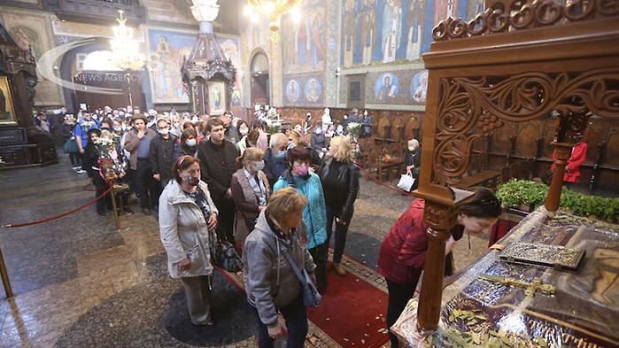 """Десетки миряни се събраха в столичния храм """"Света Неделя"""", за"""