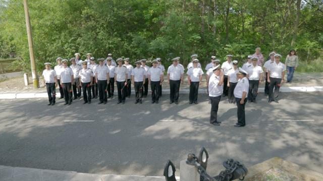 Военни моряци се прекланят в знак на почит и уважение пред паметта на своите загинали предшественици