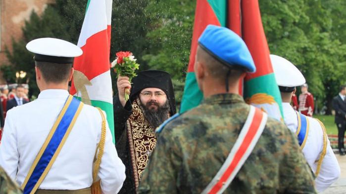 """Преди Гергьовден: Водосвет на бойните знамена, демонстрация на самолети и концерт на """"Ариана"""""""