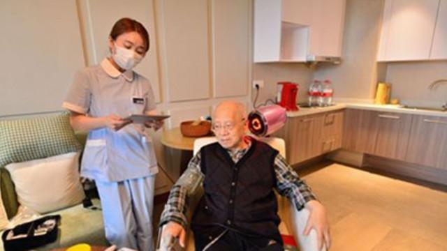 Младите служители в един модерен дом за стари хора в Шанхай