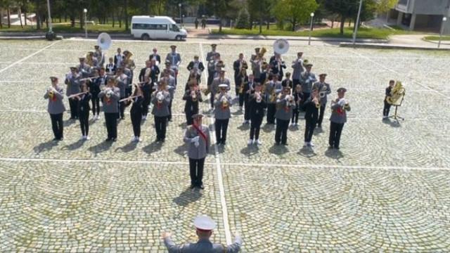 Два оркестъра с компилация от военен марш и рап парче (ВИДЕО)