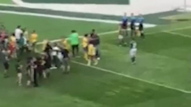 Пребиха момиче по време на женски футболен мач (ВИДЕО)