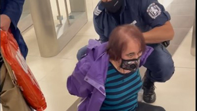 Арестуваха възрастна жена в столичното метро - държала се непристойно