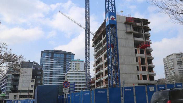 925 са въведените в експлоатация жилищни сгради през първото тримесечие
