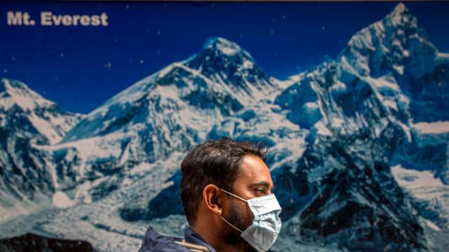 Китай гради разделителна линия с Непал на Еверест