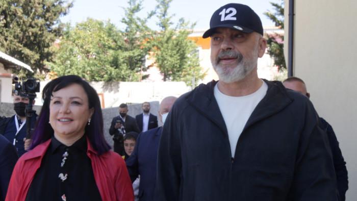 Албанският премиеризрази в понеделник решимост да отстрани президента от поста,