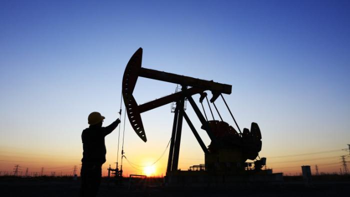 Инвестициите в петролната индустрия по света намаляват от 2015 г.