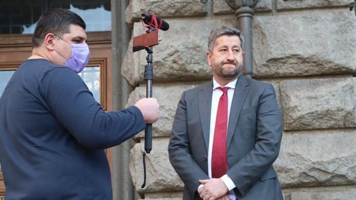 Над 240 000 лева е дала Демократична България за Фейсбук
