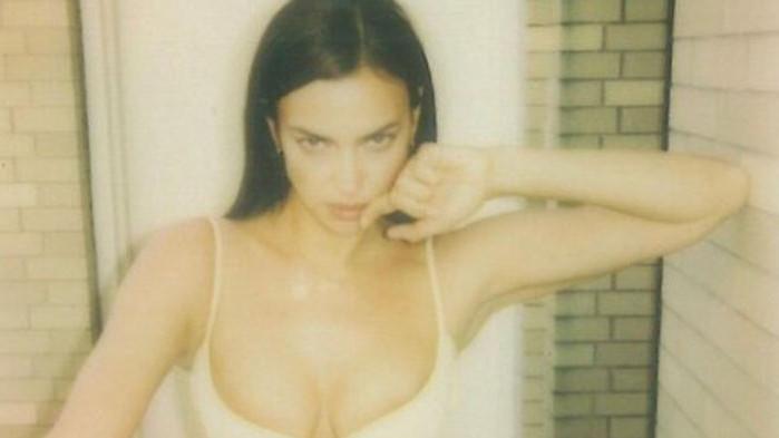 Ирина Шейк и новите й снимки, на които е без горнище