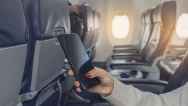 Телефоните, самолетите и защо е забранено да правим обаждания по време на полет
