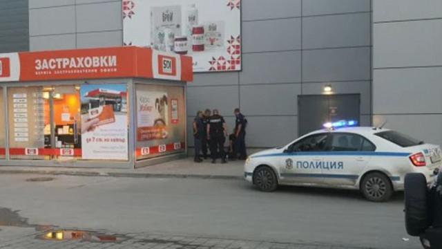 Пред хипермаркет във Варна задържаха мъж, стрелял с пистолет