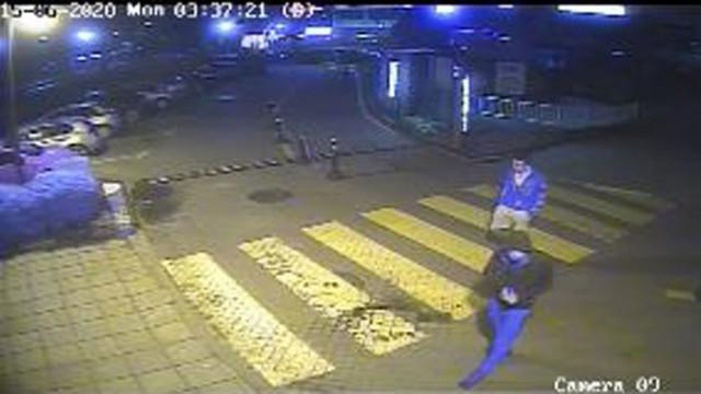 Издирват двама мъже, извършили грабеж на дамска чанта във Варна (ВИДЕО)