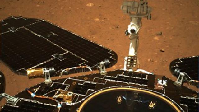"""Роувърът """"Чжужун"""" се придвижи на повърхността на Марс"""