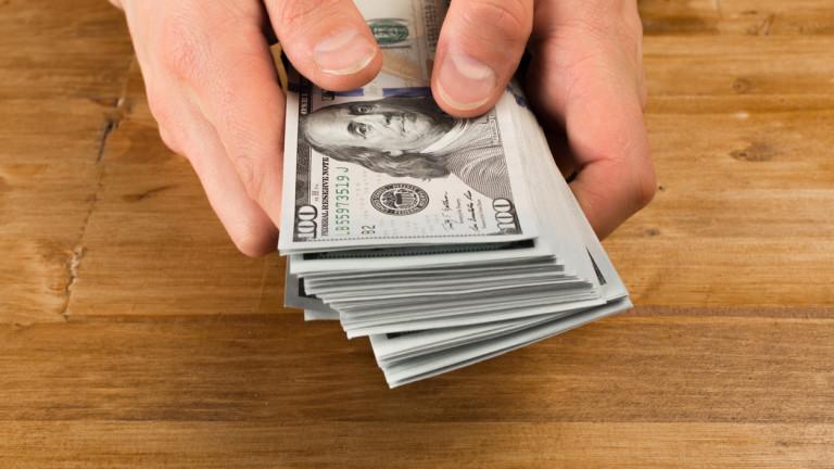 Новите пари навлизат в икономиката в определен отрасъл,. Те не