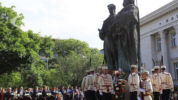 Венци и цветя обсипаха паметника на светите братя Кирил и