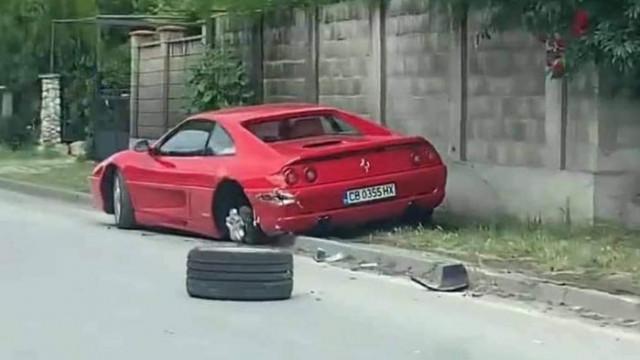 Софиянец с Ферари се блъсна в мантинела и удари велосипедист във Варна