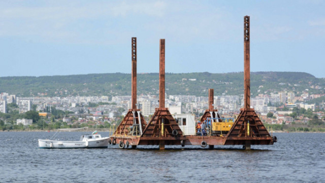 Днес вадят част от скъсаната тръба във Варненското езеро