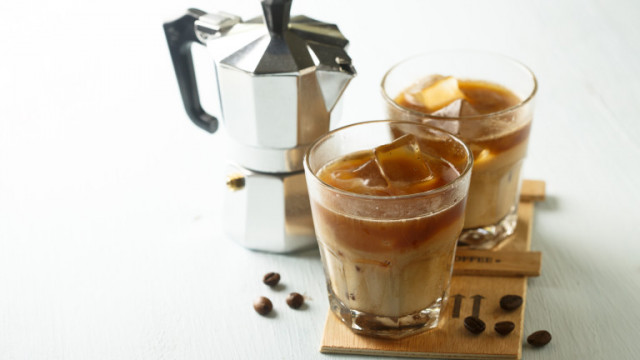 В топлото или в студеното кафе има повече кофеин?