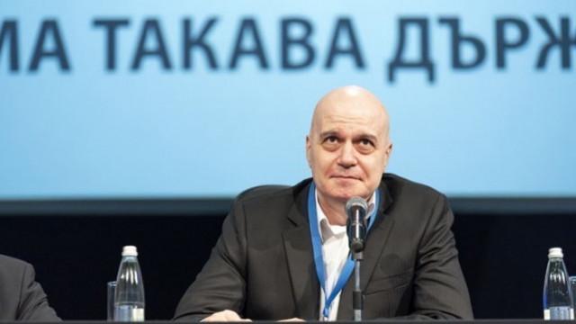 Николов: Който пише във Фейсбука на Слави, не може да излезе извън конфликта на шефа му с Борисов