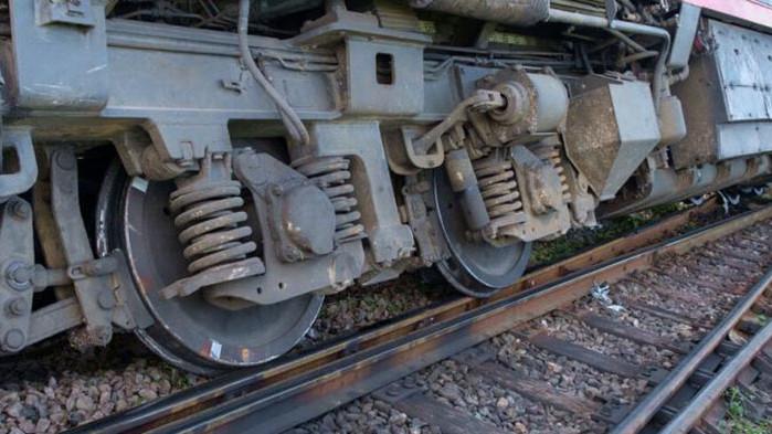 Локомотив и вагон на частен ЖП превозвач дерайлираха край гара Белово