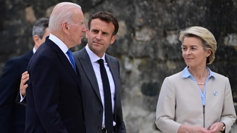 Френският президент ЕманюелМакрон сложи дружески ръката си през раменете на