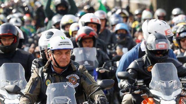 Глобиха бразилския президент за неносене на маска