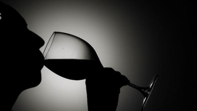 Гастроентеролог разбива мита за виното и мезето