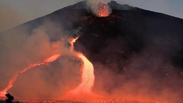 Вулканът Етна предизвика впечатляваща гледка, след като изригна по залез,