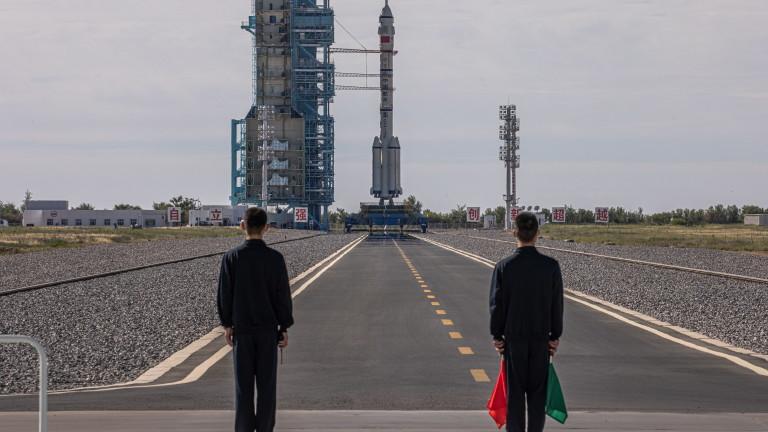 Китай изстреля космически кораб с екипаж в историческа мисия