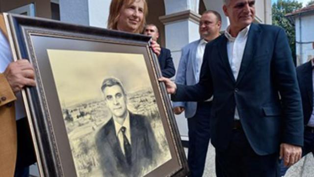 Подаряват на премиера собствения му портрет и люти чушки в Поповица