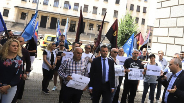 """""""Българските патриоти"""" протестираха пред ЦИК заради броя секции в Турция: Това е срамно решение"""