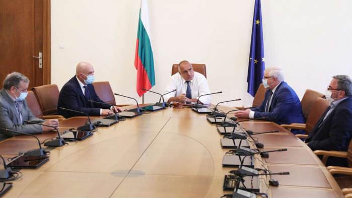 Борисов към здравния министър: Презапасете се с облекла, с маски, очила